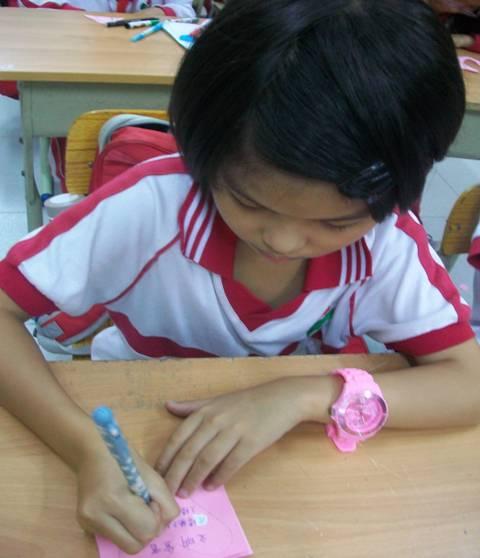 学生们在班会上认真制作文明礼仪卡片